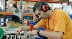 Trabajador manipulando un objeto en una mesa